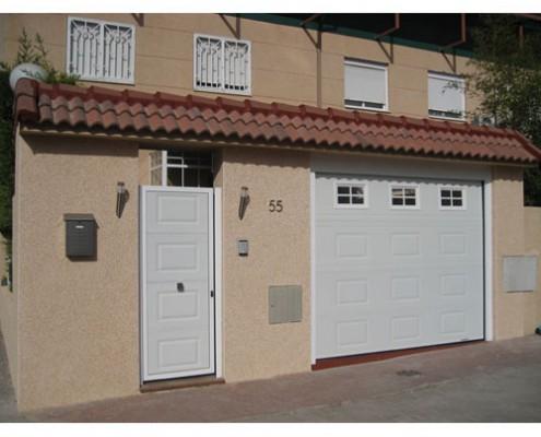 puerta peatonal panel blanco a juego con puerta garaje