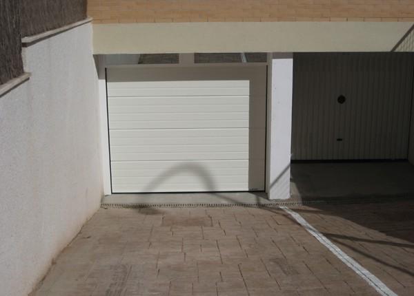 puerta seccional acanalada para garajes