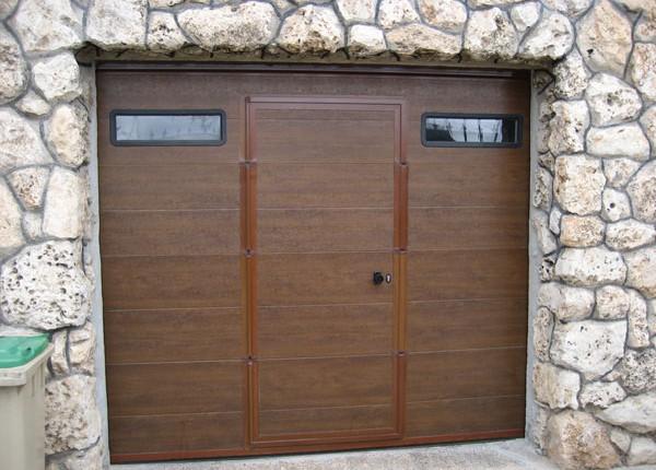 puerta seccional de garaje con puerta peatonal