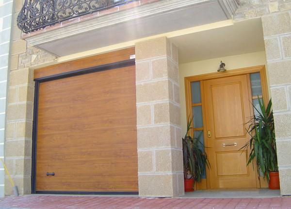 puerta seccional para gararaje, acabado madera